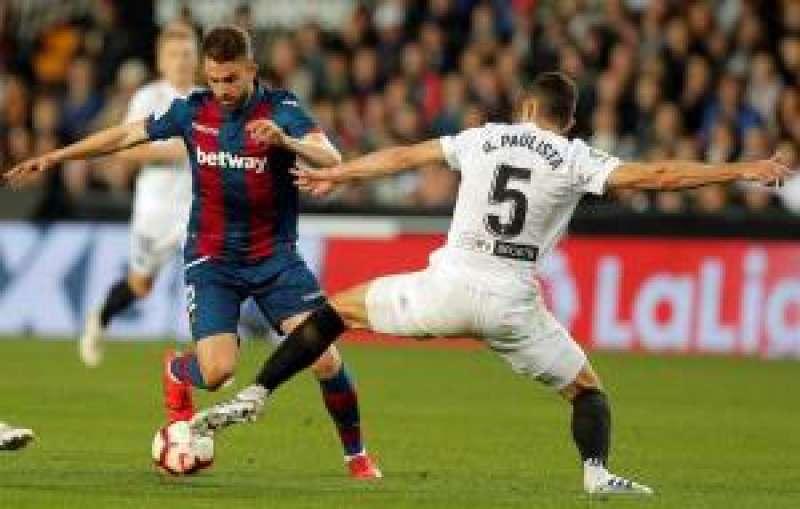 El defensa brasileño del Valencia CF Gabriel Paulista (d) disputa el balón con Borja Mayoral, del Levante. EFE
