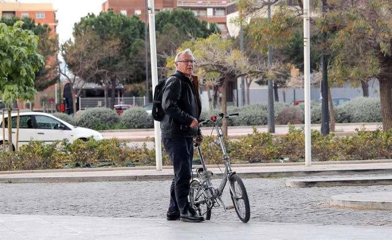 El alcalde de Valéncia, Joan Ribó, llega en bicicleta al Palacio de Congresos. EFE