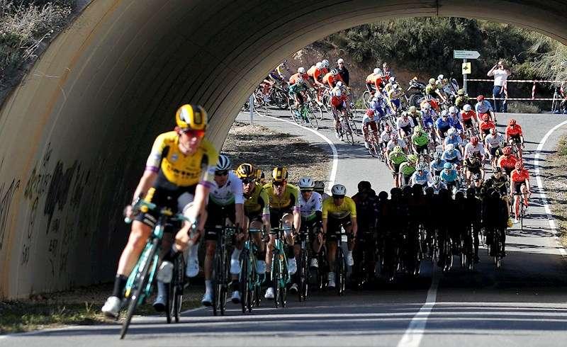 Los corredores durante la disputa de la segunda etapa de la 70ª edición de La Volta Ciclista a la Comunitat Valenciana. EFE/Archivo
