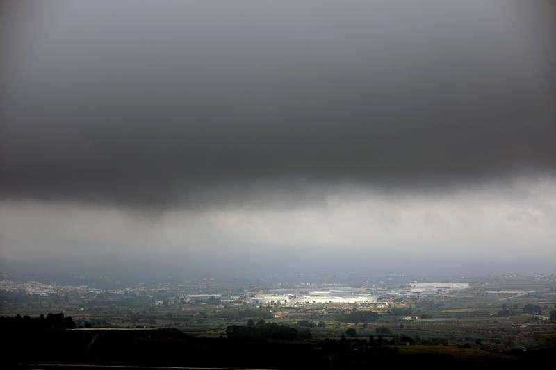 El viernes remitirán las lluvias al cesar el flujo de viento de levante La lluvia ha hecho acto de presencia este mediodía en Valencia mientras en el litoral de la Comunitat Valenciana está decretada la alerta amarilla por riesgo de lluvias. EFE