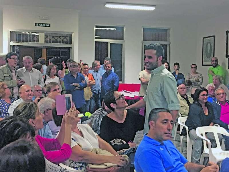 Darío Moreno con militantes en la sede de Port de Sagunt. EPDA