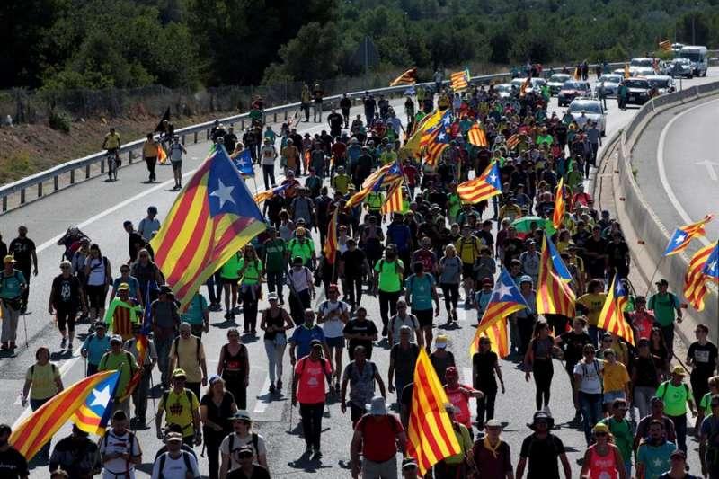 Simpatizantes independentistas a su paso por El Vendrell (Tarragona. EFE/ Jaume Sellart