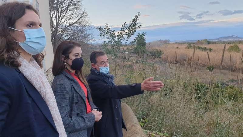 El alcalde de Riba-roja, Robert Raga con la consellera de Agricultura, Desarrollo Rural, Emergencia Climática y Transición Ecológica; Mireia Mollà y la secretaria autonómica, Paula Tuzón. / EPDA