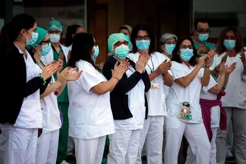 Sanitarios del hospital La Fe de Valencia durante el aplauso sanitario de las ocho de la tarde durante el confinamiento. EFE/ Biel Aliño/Archivo