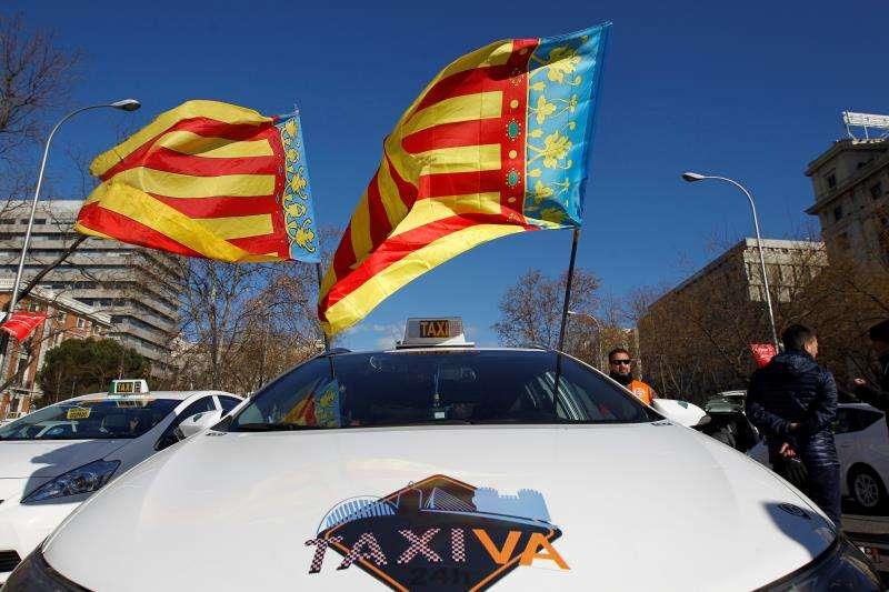 Un taxi de Valencia que se ha desplazado hasta Madrid para apoyar la protesta del sector. EFE/Archivo