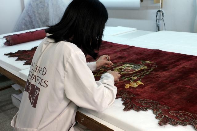 El frontal de altar, realizado en terciopelo de seda con hilos de seda dorados y plateados, forma parte de un importante conjunto de donativos realizados a la ciudad. FOTO: GVA