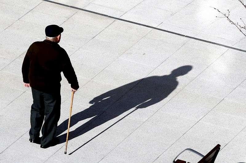 Un jubilado camina por una calle. EFE/Archivo