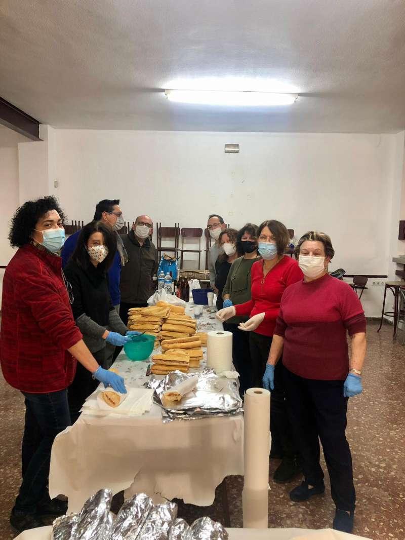 Feligreses de la parroquia San Francisco de Paula preparando bocadillos