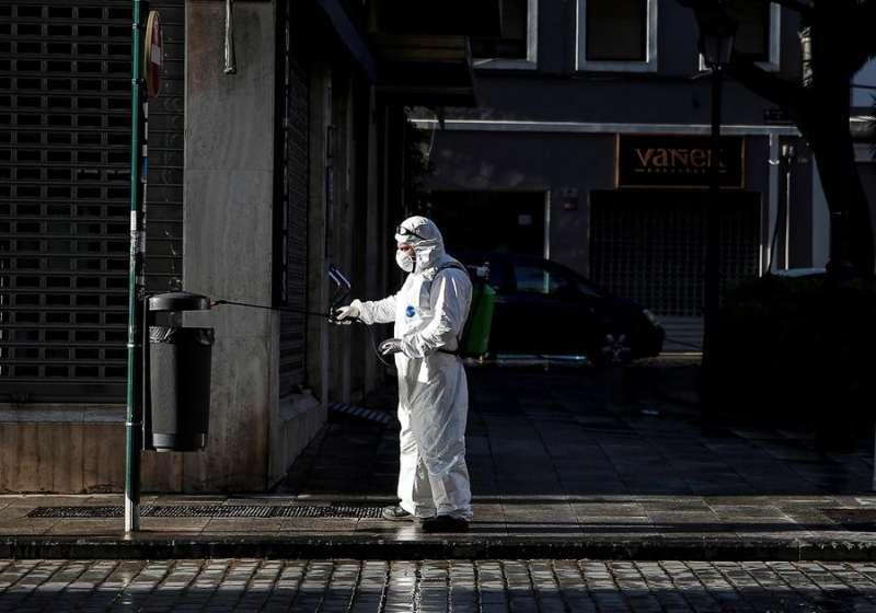 Un trabajador del servicio de limpieza realiza labores de desinfección frente al coronavirus. EFE/Manuel Bruque