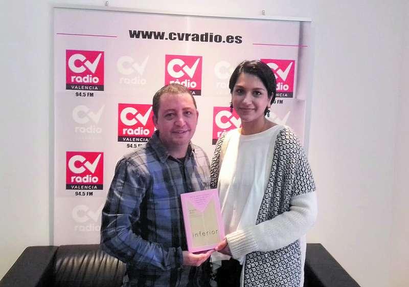 La prestigiosa ingeniera con uno de los autores de la entrevista en CV Radio./ EPDA