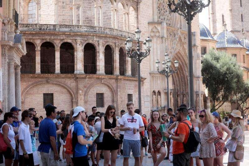 Un grupo de turistas recorre el casco antiguo de la ciudad de València. EFE/Archivo