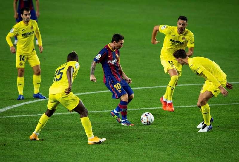 El delantero del FC Barcelona Leo Messi (c) juega un balón rodeado de jugadores del Villarreal, durante el partido de la tercera jornada de Liga en Primera División disputado anoche en el estadio Camp Nou, en Barcelona. EFE/Enric Fontcuberta