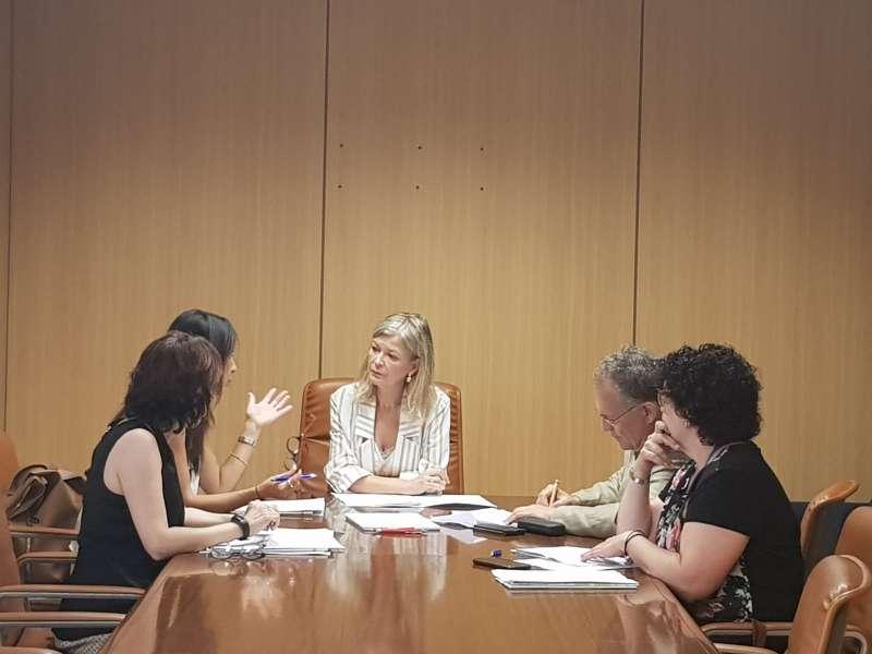 La consellera Gabriela Bravo durante la reunión con los responsables de la Oficina. EPDA