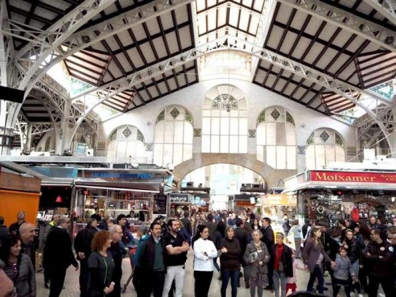 Momento en que los vendedores se han concentrado bajo la cúpula central del Mercado Central. EFE/Mercado Central