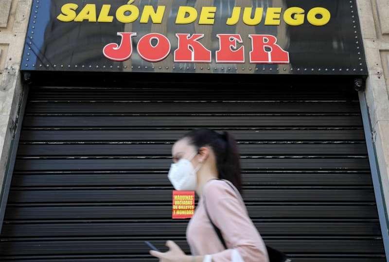 Una persona pasa por delante de un salón de juegos en Valencia. EFE/Ana Escobar/Archivo