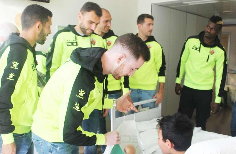 Selección del Elche Club de Fútbol en el Hospital Universitario del Vinalopó.