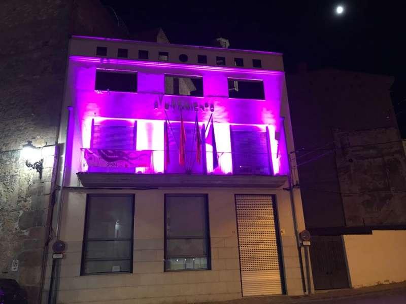 Ayuntamiento de Soneja iluminado de violeta