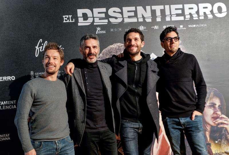 El director Nacho Ruipérez (dcha), junto a los actores Jan Cornet, Leonardo Sbaraglia y Michel Noher (izqda a dcha). EFE