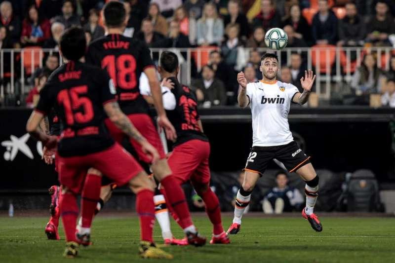 El delantero uruguayo del Valencia CF Maxi Gómez (d) controla un balón durante un partido. EFE/Archivo