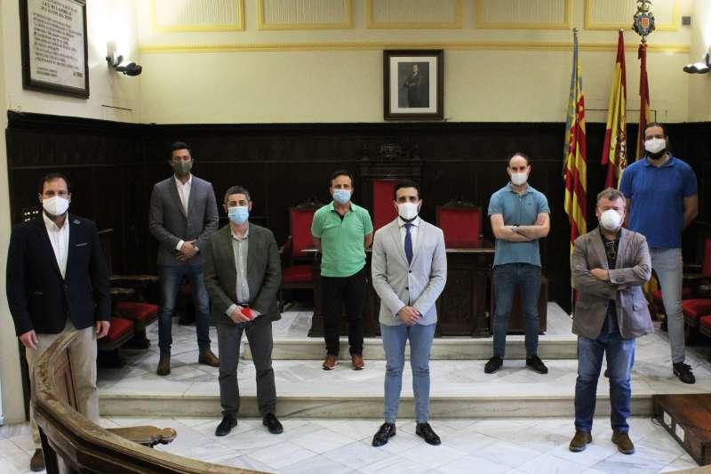 El alcalde y los portavoces políticos en el salón de plenos.