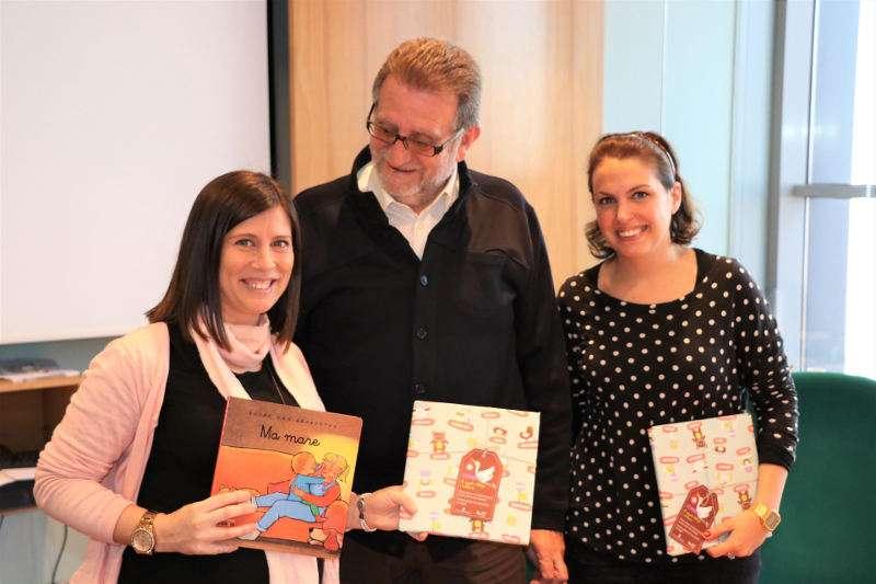 Alcalde, regidora i mare de Torrent amb els llibres en valencià. EPDA
