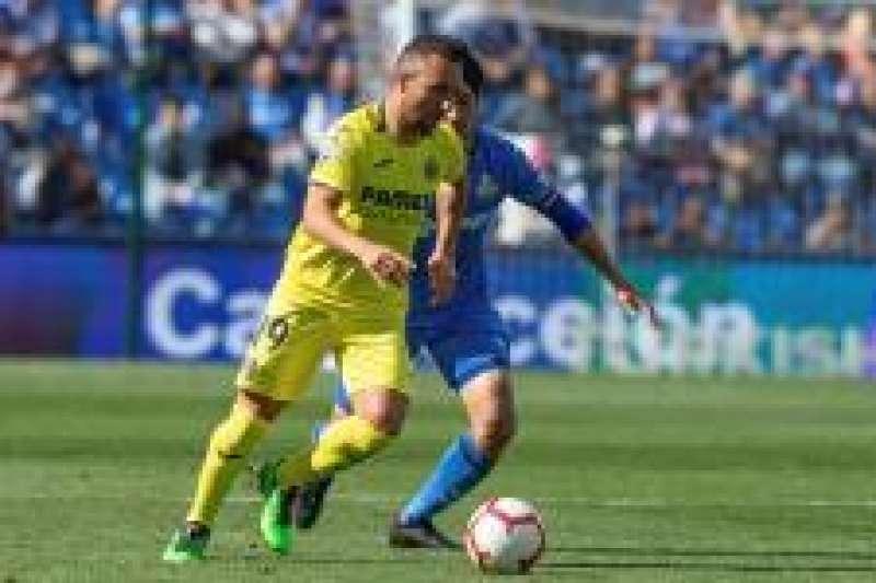 El jugador Santiago Cazorla (i) del Villarreal CF y el japonés Gaku Shibasaki (d) del Getafe, disputan un balón durante el partido