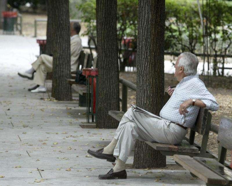 Unos jubilados descansan en un parque. EFE/Archivo