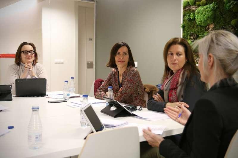 Un grupo de profesores de Caxton College reunidos en una sesión de trabajo junto a la subdirectora Marta Gil.