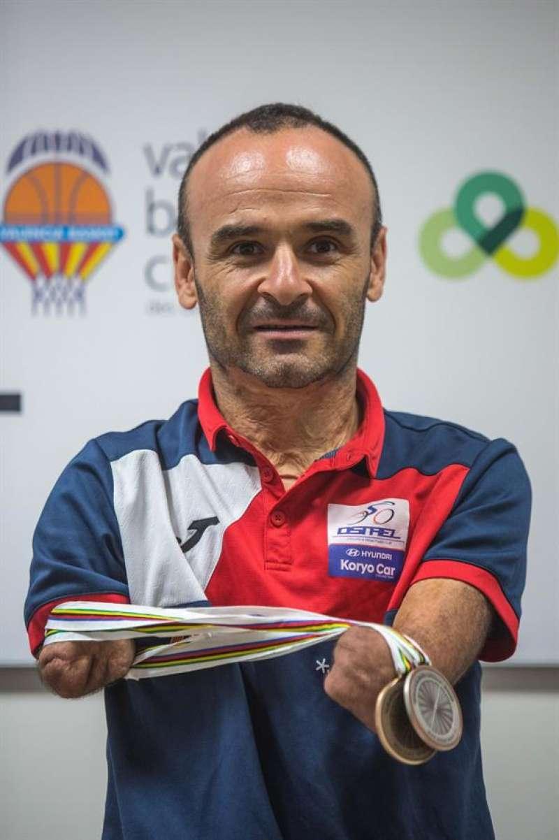 El deportista paralímpico Ricardo Ten posa con algunas de sus medallas en una imagen de archivo. EFE/Biel Aliño