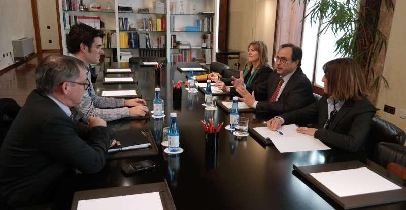 El conseller de Hacienda y Modelo Económico, Vicent Soler, en la reunión con el alcalde de Sant Joan, José Joaquín Albero
