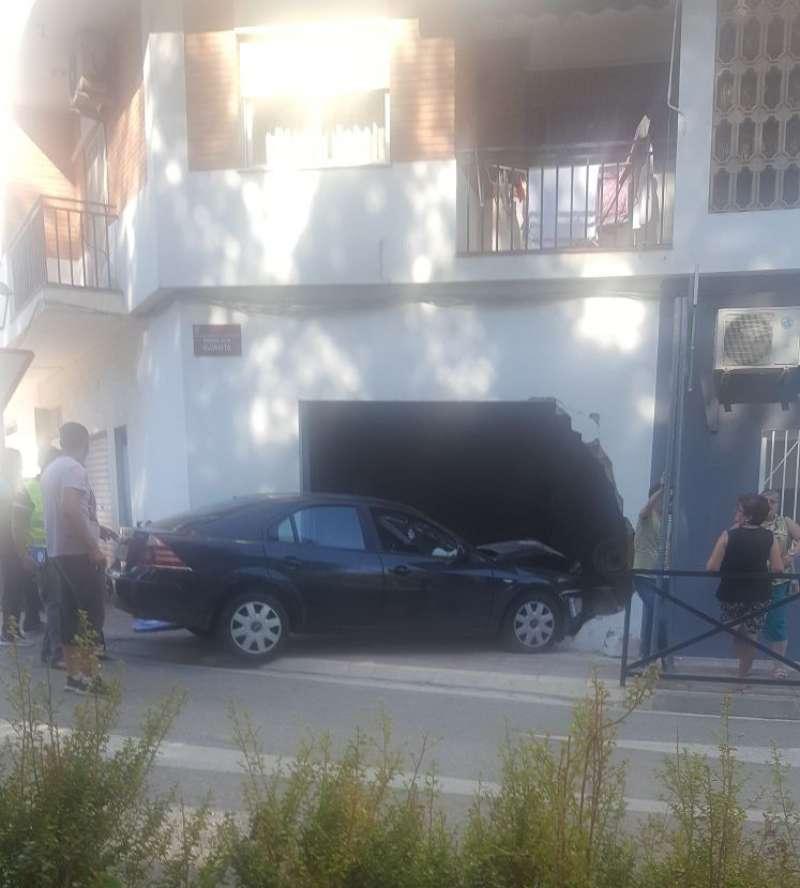 Coche empotrado en un bajo en València. EPDA