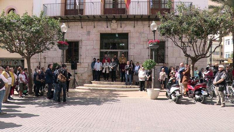 El Ayuntamiento de Vinaròs (Castellón) ha celebrado una concentración silenciosa de condena. EFE