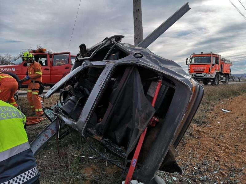 Imagen del vehículo accidentado este sábado en la CV-390, en Utiel (Valencia). EFE/Consorcio Bomberos.