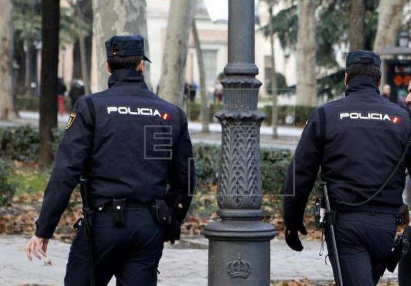Dos agentes de la Policía Nacional. EFE
