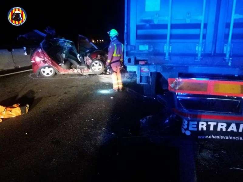 Imagen del accidente de tráfico en el que ha fallecido una mujer de 47 años, facilitada por el Consorcio Provincial de Bomberos de Valencia. EFE