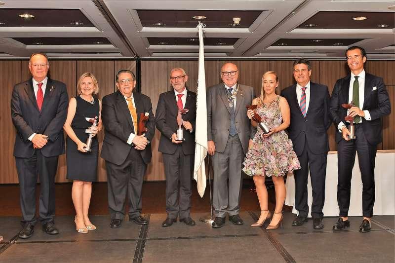 Amparo Gil, directora de Caxton College, junto al resto de galardonados. EPDA