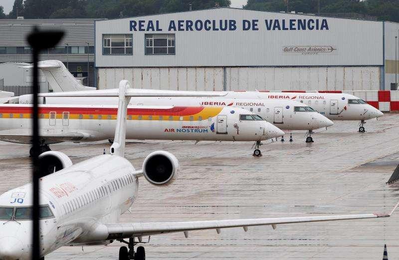 Aviones de Air Nostrum en el aeropuerto de Manises. EFE/Archivo