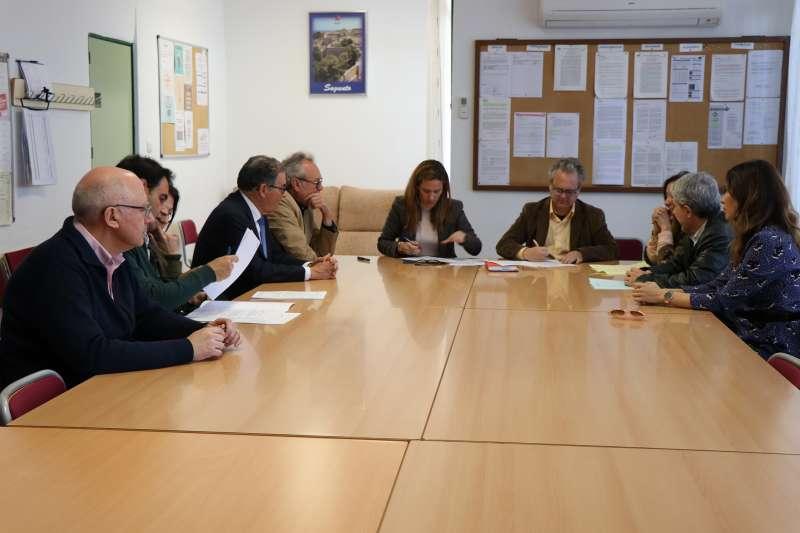Firma del acta de recepción de las obras del aulario infantil y gimnasio del colegio Villar Palasí de Sagunt. EPDA