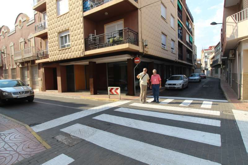 Dos personas visualizan una de las calles céntricas del municipio.