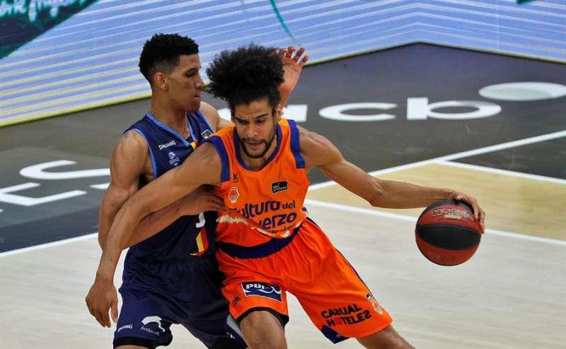 El ala pivot francés del Valencia Basket, Louis Labeyrie, es defendido por el ala pívot dominicano del Mora Banc Andorra, Tyson Pérez,en el pabellón de la Fuente de San Luis de Valéncia. EFE/Archivo