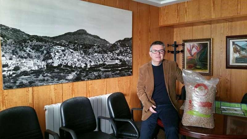 El alcalde de Serra mostrando el primer saco de pellets. //EPDA