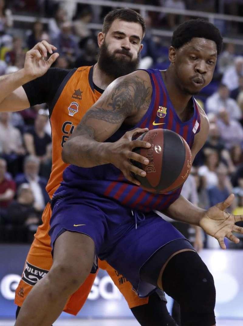 El jugador del Barcelona Lassa Kevin Seraphin (d) juega una pelota ante Bojan Dubljevic, del Valencia Basket. EFE/Archivo
