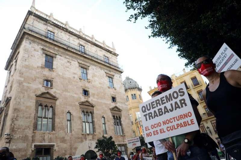 Una protesta de la Confederación Empresarial de Hostelería y Turismo de la Comunitat Valenciana frente al Palau de la Generalitat. EFE.