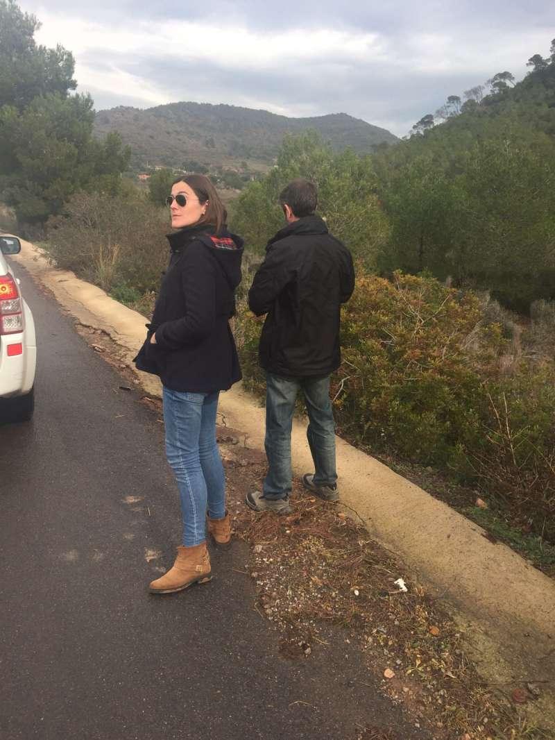 La alcaldesa de Albalat dels Tarongers con el técnico revisando los desperfectos. EPDA