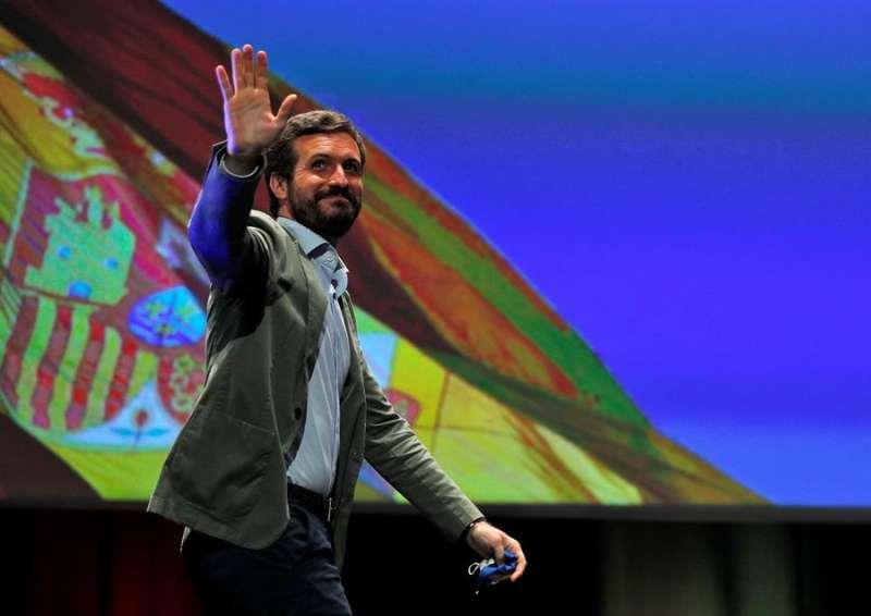 El presidente del PP, Pablo Casado, saluda a los militantes en la clausura del decimoquinto congreso del Partido Popular de la provincia de Valencia, que elige como nuevo presidente a Vicent Mompó, alcalde de Gavarda. EFE/Manuel Bruque