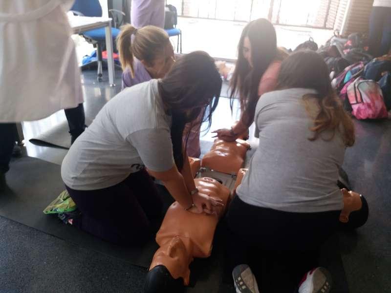 Alumnos en el taller teórico-práctico de Reanimación Cardiopulmonar Básica