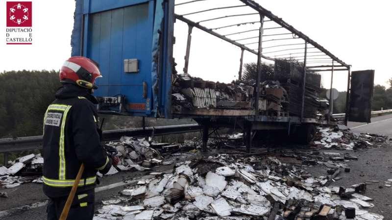Restos del camión incendiado