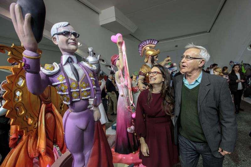 La vicepresidenta del Consell, Mónica Oltra, y el alcalde de València, Joan Ribó, durante su visita a la exposición del Ninot. EFE