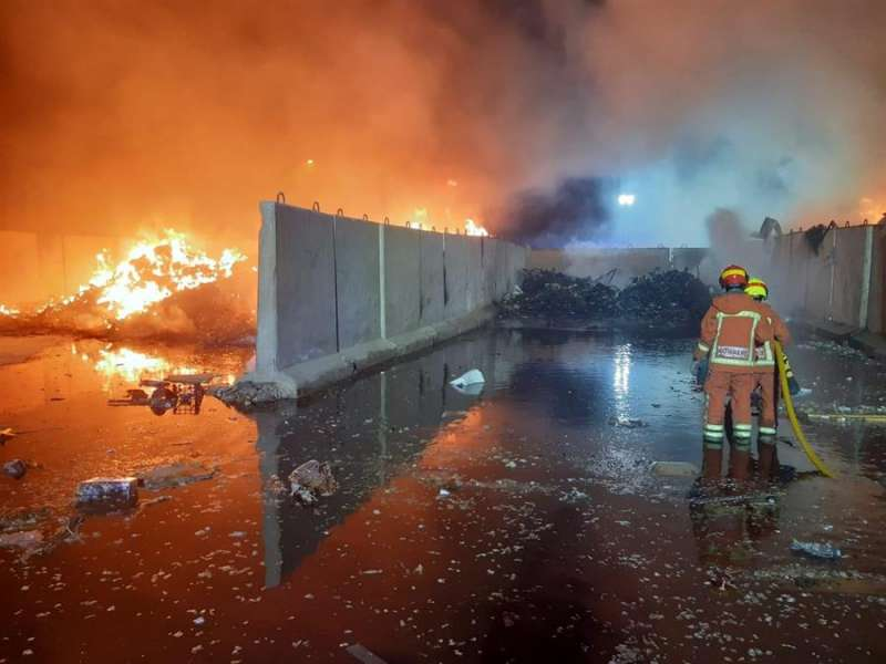 La planta de reciclaje afectada por el incendio. EFE/Consorcio Provincial de Bomberos