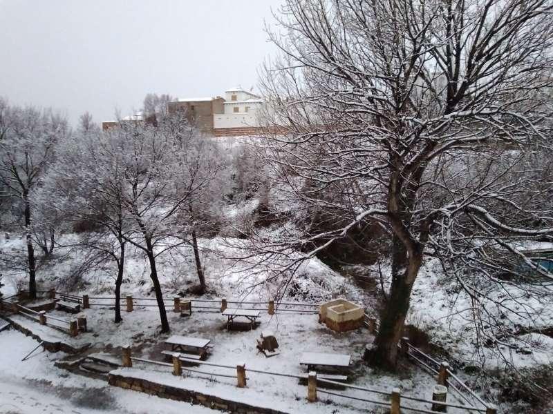 La nieve se mantiene en las zonas altas del término